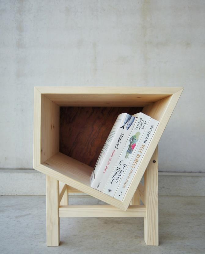 Houten nachtkastje voor, geen boekensteun nodig